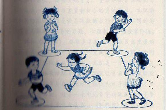 这个被称为比笔仙更为恐怖的游戏,四个人站在一个房间里,然后一个人