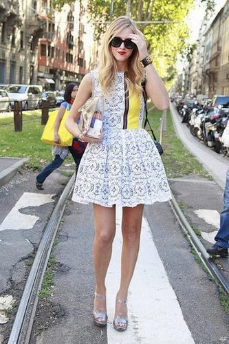 挑一件白色蕾丝裙,做甜美范儿女神