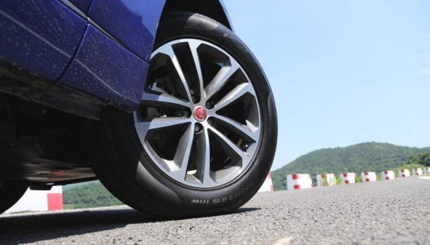 爱车轮胎被扎了钉子,到底要不要拔?