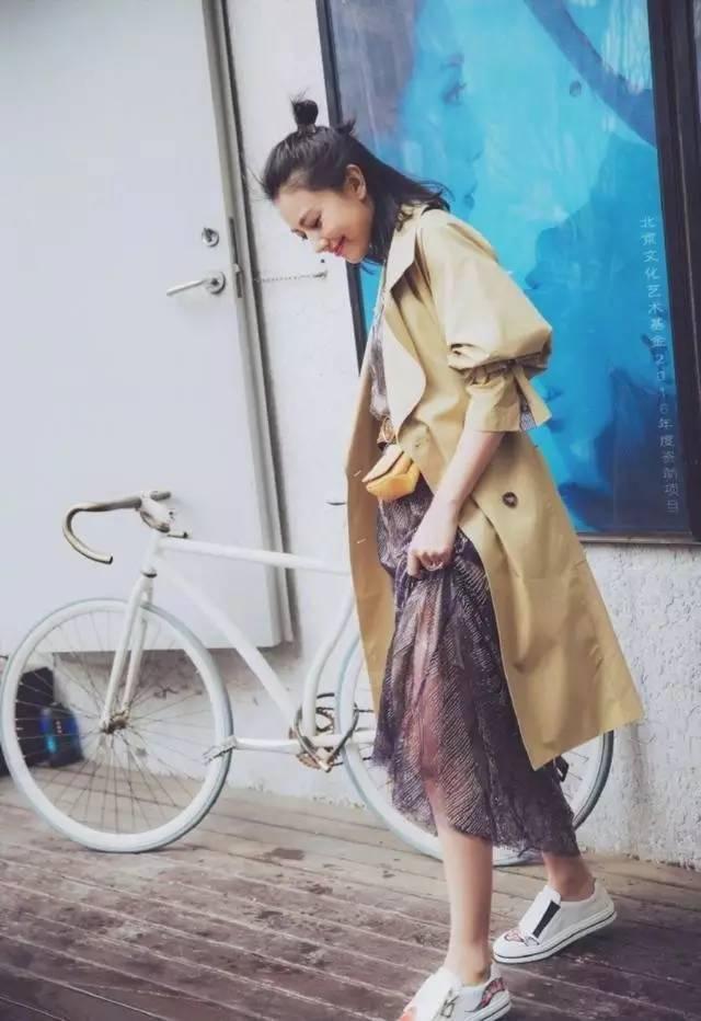 裙子+运动鞋,才是2017夏季最潮搭配!猜猜娱乐圈的哪位明星最会搭运动鞋!