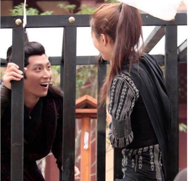 太瘦了吧!赵丽颖直接就从笼子里钻出来了,在边上围观的他被吓到了
