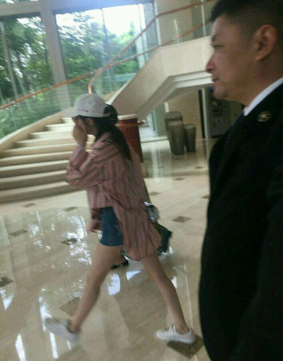 网友酒店偶遇迪丽热巴,没有口罩用手挡