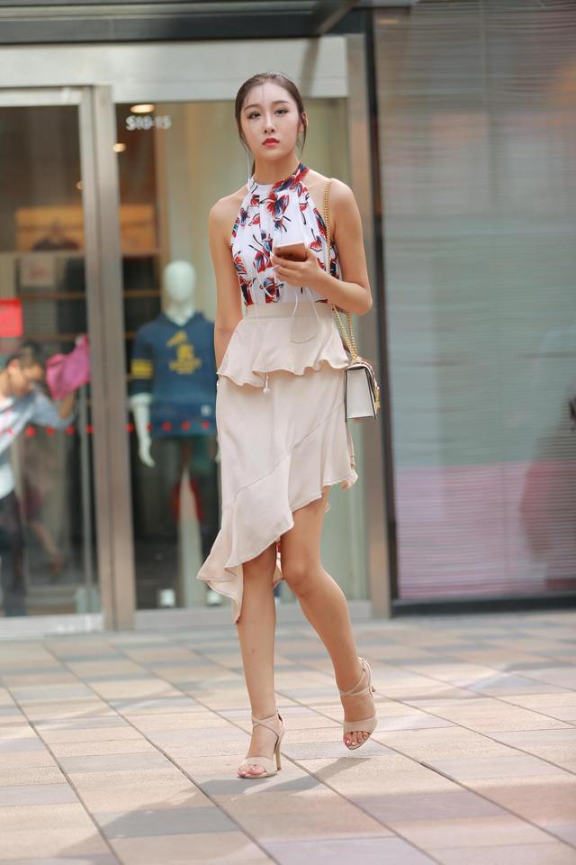 街拍丨漏肩花吊带荷叶短裙高跟凉鞋美女