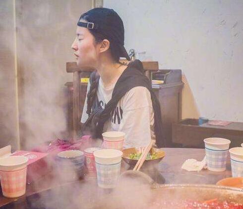 刘亦菲重庆吃火锅烟雾缭绕 这个小细节曝光她素颜的样子
