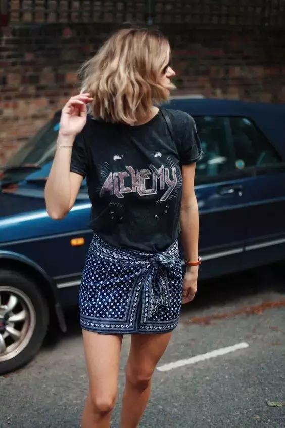 今年夏天,T恤半裙这对CP承包了你的时髦穿衣搭配