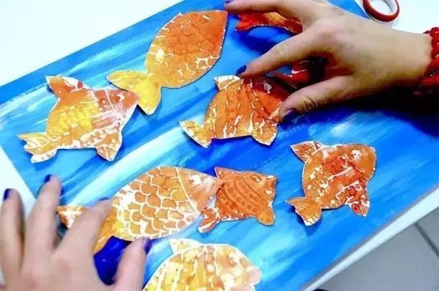 幼儿园美术水粉涂鸦教程:泡沫板拓印海底小鱼,孩子初学入门必备