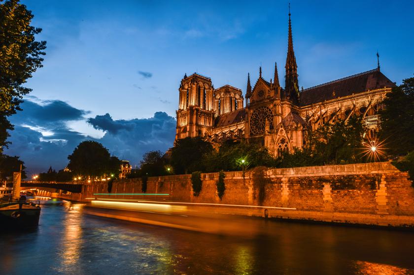 巴黎圣母院突发大火:大清已经亡了,你就别再跪着了