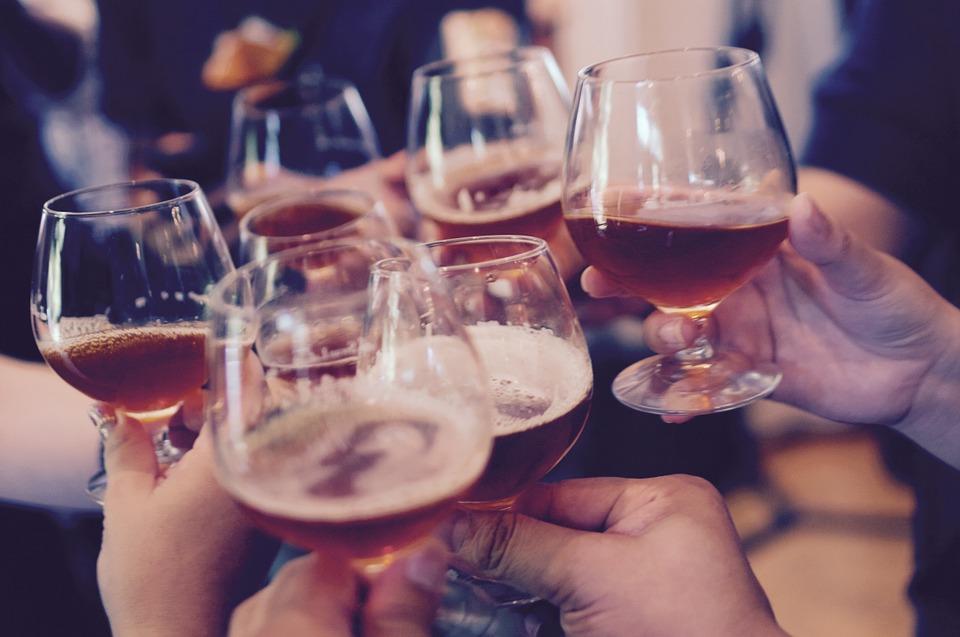 吴昕入职时被要求敬酒:喝还是不喝?职场女性如何面对酒桌礼仪?
